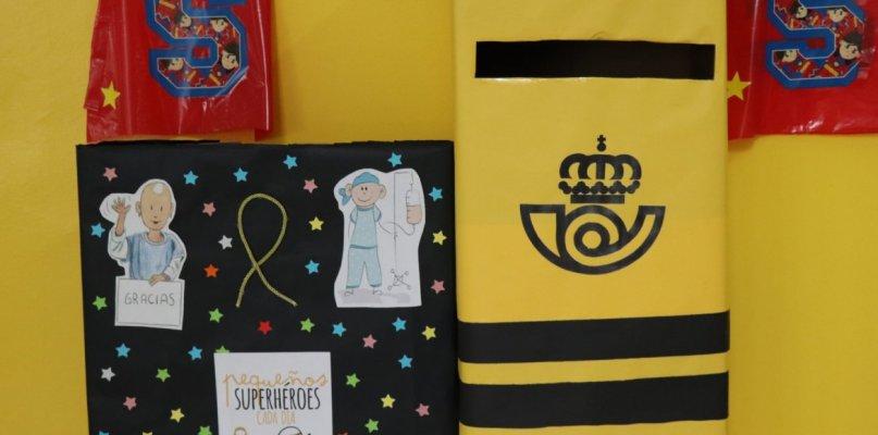 Los escolares de Villanueva regalan capas de superhéroes a los niños del Materno Infantil
