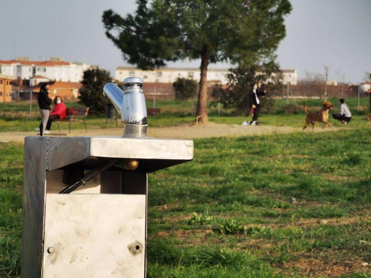 Instalado mobiliario urbano en las 9 áreas caninas de Cáceres