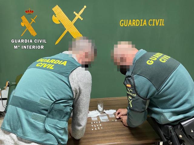 La Guardia Civil se incauta de 14 envoltorios de cocaína escondidos en la barra de un bar de Valencia de Alcántara