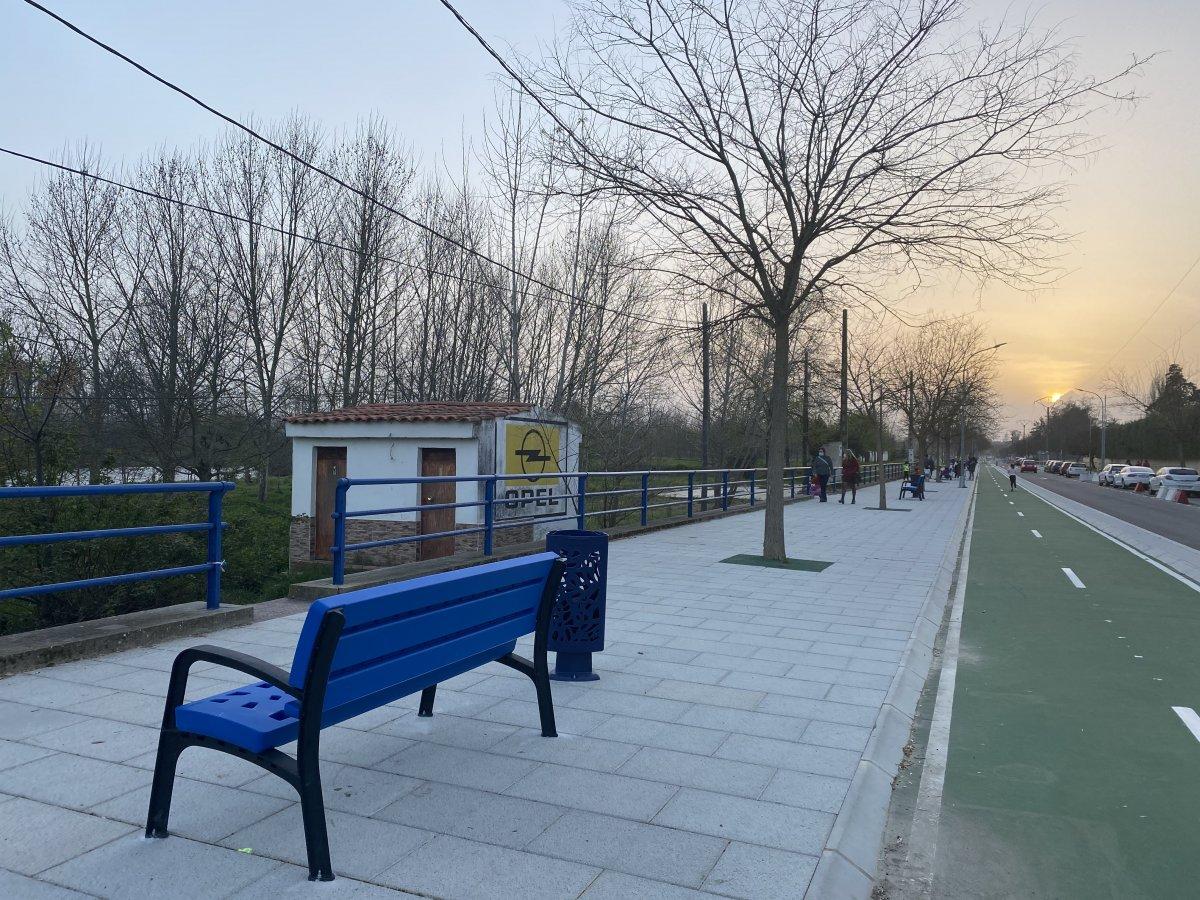 El Ayuntamiento de Coria instala nuevo mobiliario urbano en el paseo de la Isla