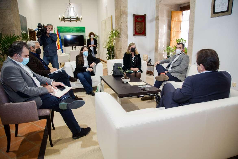 """La Plataforma """"Salvemos la Montaña"""" expone a Vara las razones para su """"no"""" a la mina de litio en Cáceres"""