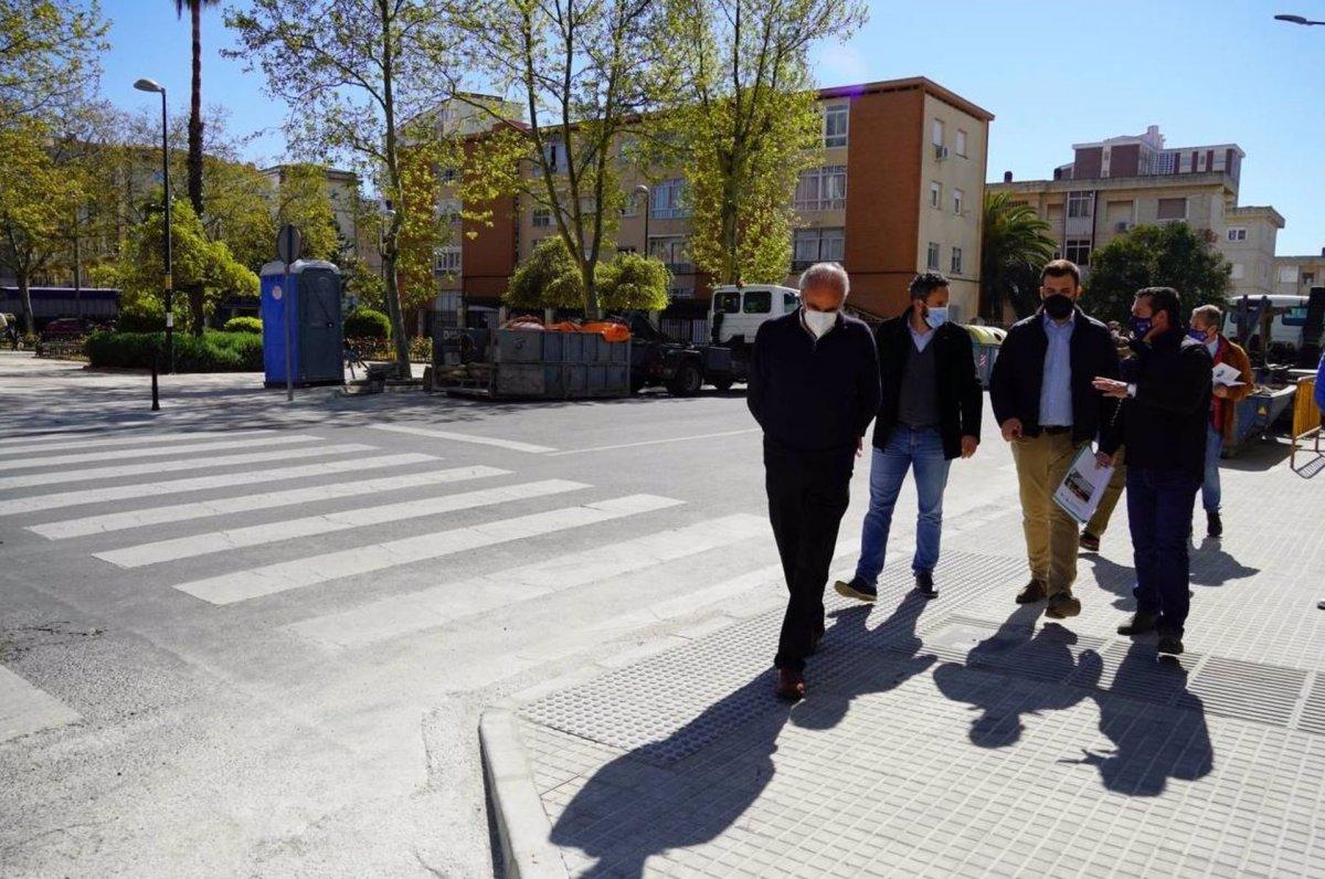 Cáceres mejora la accesibilidad en la calle Salamanca con el rebaje de pasos de peatones y señalización táctil