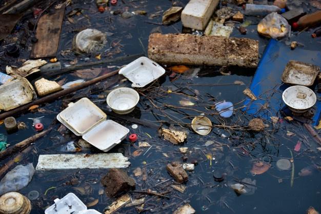 Nueva lucha para impedir que tampones, toallitas y preservativos acaben en los ríos