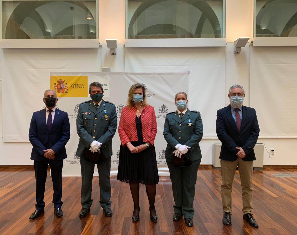 La cabo María Dolores Sánchez y el comandante Francisco Méndez reciben las medallas al Mérito Civil