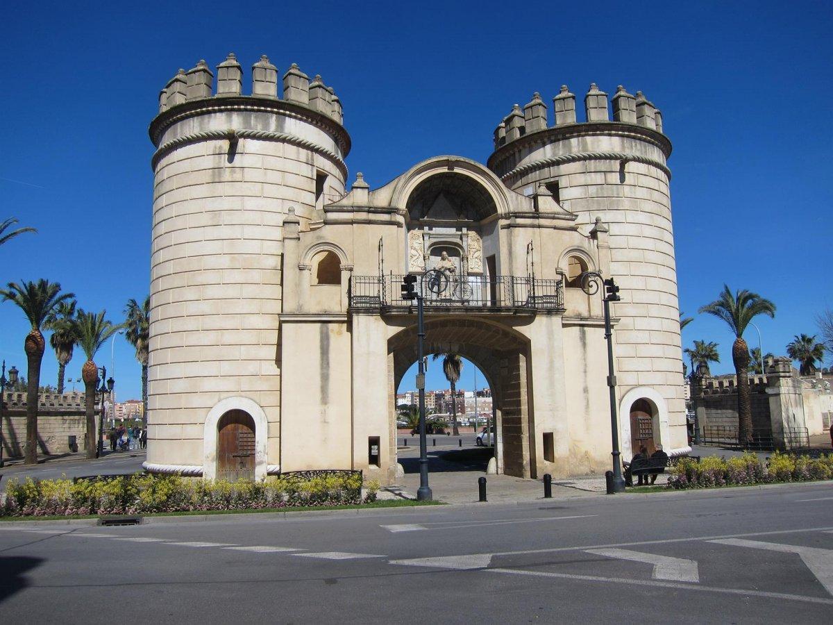 La Concejalía de Turismo de Badajoz retoma las visitas guiadas en la Puerta y Puente de Palmas
