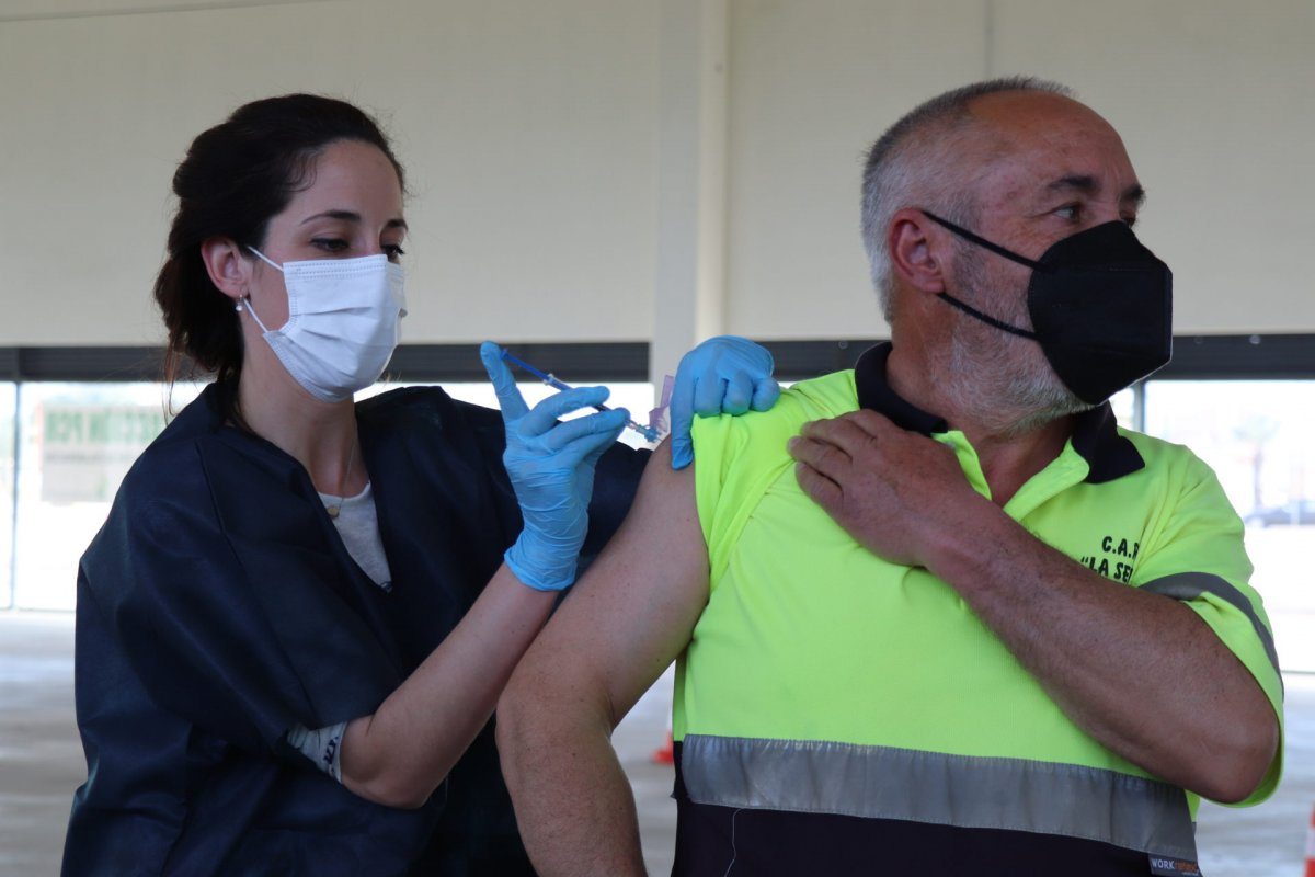 Más de 350 personas de entre 63 y 65 años reciben la vacuna de AstraZeneca en Villanueva de la Serena