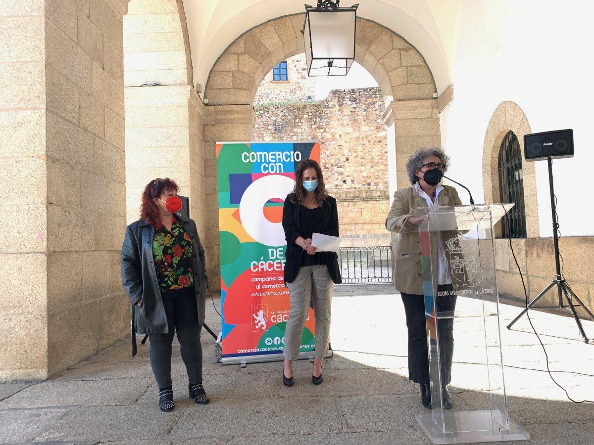El Ayuntamiento presenta la campaña de apoyo  'Comercio con C de Cáceres'