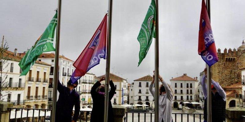 Las banderas del CP Cacereño y el CD Diocesano ya lucen en la fachada del Ayuntamiento de Cáceres