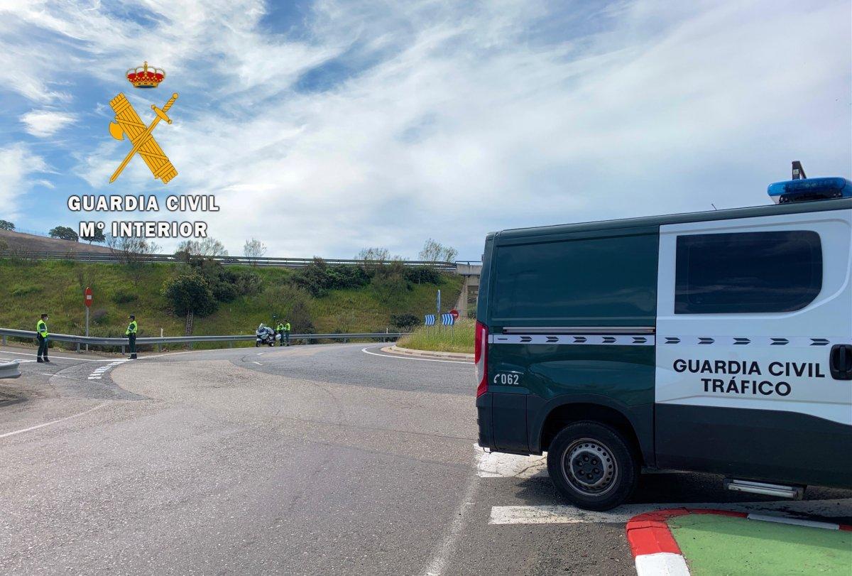 Una conductora que da positivo provoca un accidente, deja heridas a dos personas e intenta engañar a la Guardia Civil
