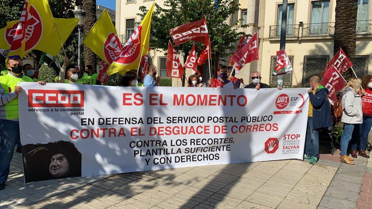 Los sindicatos UGT y CCOO se concentran en Badajoz contra los recortes en Correos
