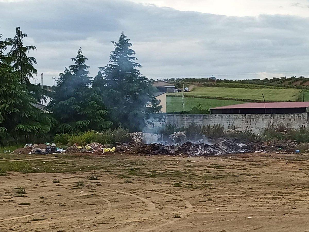 Denuncian al alcalde de Villalba de los Barros por quemar basuras en el campo de fútbol