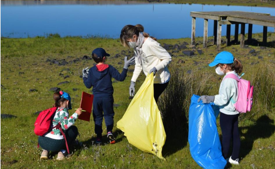 Más de 200 voluntarios retiran 400 kilos de basura abandonada en las orillas de una docena de ríos y embalses