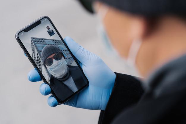 Un año después de la pandemia, los extremeños siguen usando más el móvil