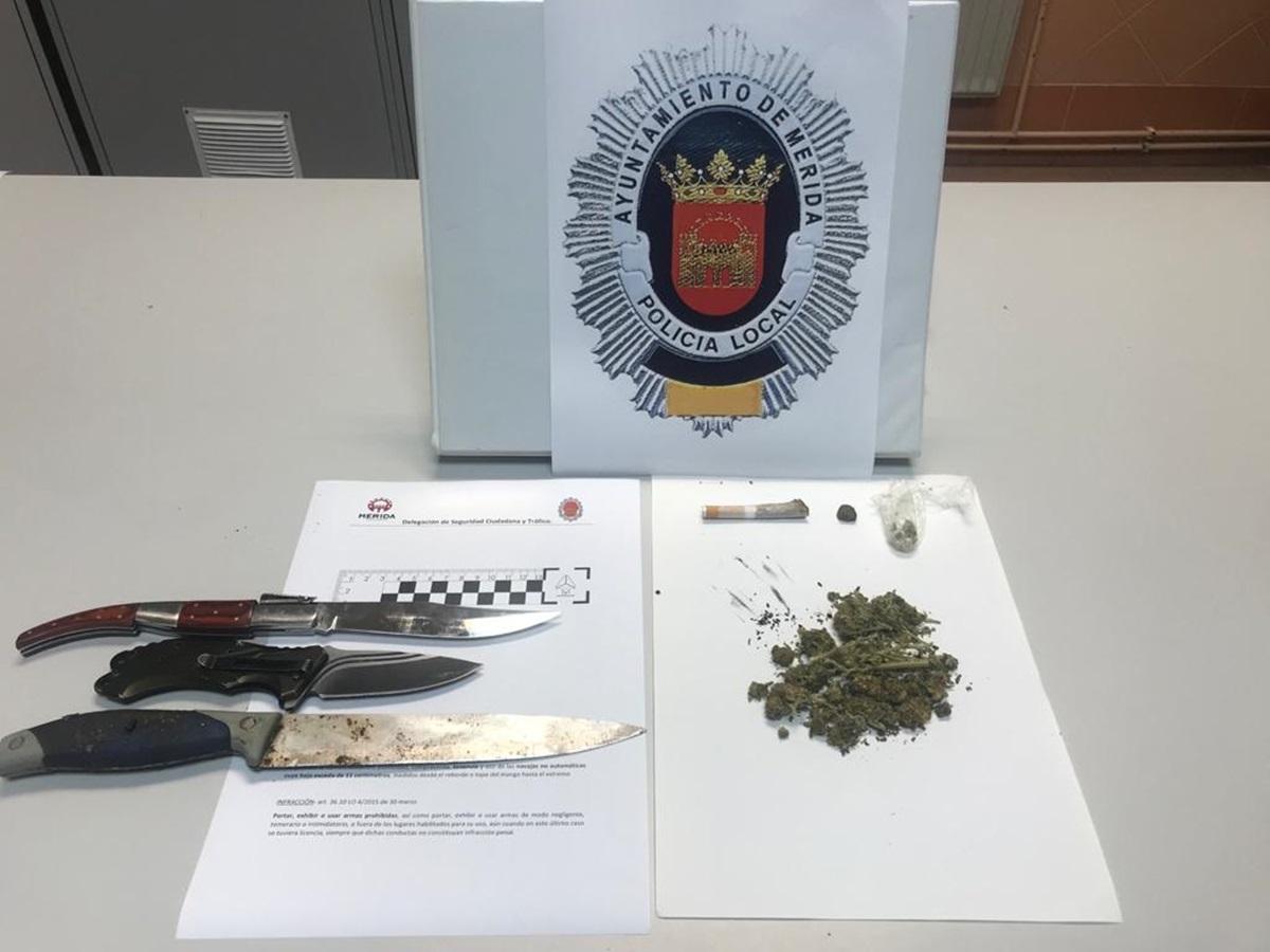 La Policía de Mérida intercepta un vehículo en el que se localizaron 15 cogollos de marihuana y armas blancas