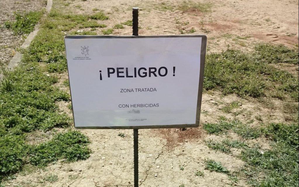 El Ayuntamiento de Coria aplica herbicidas para acabar con garrapatas y otros parásitos