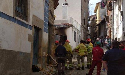 Alarma entre los vecinos de Hoyos tras arder un vehículo aparcado en el interior de una cochera
