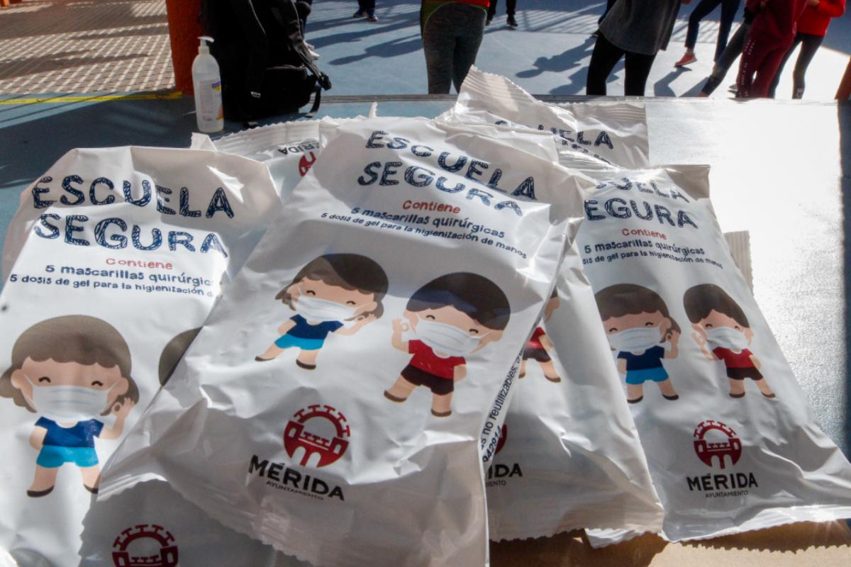 El Ayuntamiento de Mérida retoma el reparto de mascarillas y gel para los centros escolares de la ciudad