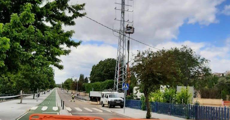 Cuatro jóvenes resultan heridos tras colisionar con un poste en Coria