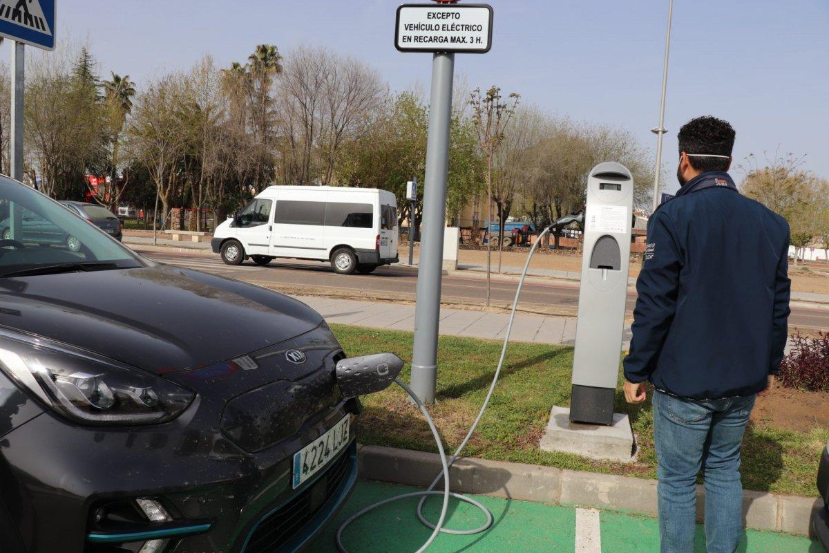 Activado el punto de recarga para vehículos eléctricos junto al Palacio de Congresos de Villanueva