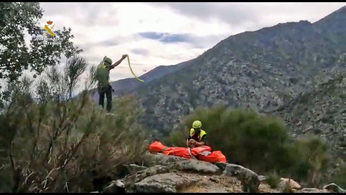La Guardia Civil rescata en helicóptero a una senderista que cayó en la Garganta de Jaranda