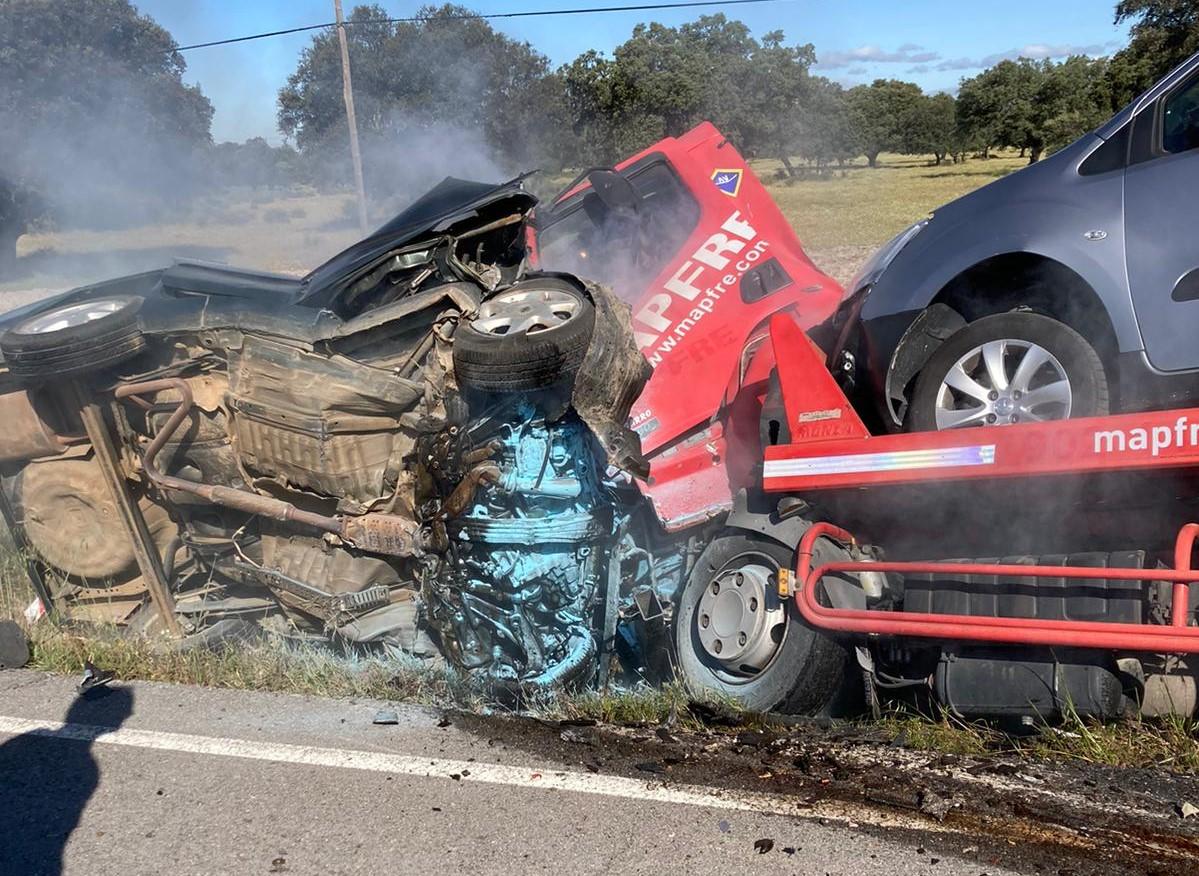 Un fallecido y un herido grave al colisionar un coche y un camión grúa cerca de Navalmoral