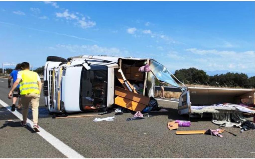 Heridas dos personas tras volcar su autocaravana en la EX-A1