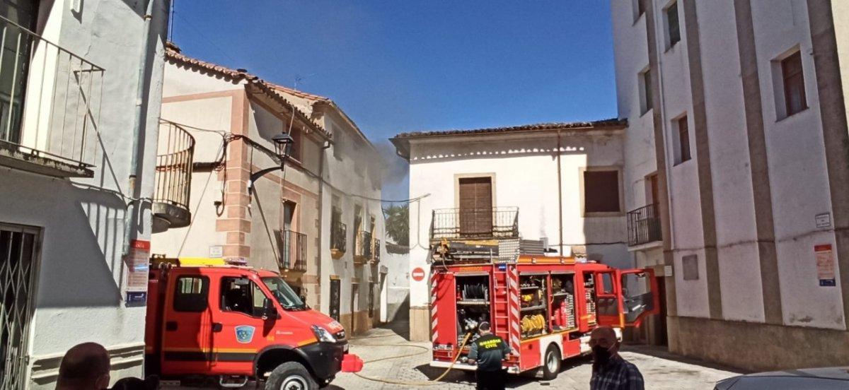 Alarma en Coria por el incendio de una vivienda en la calle Alonso VIII