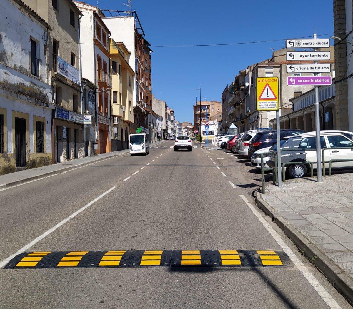 La Policía Local de Coria instala las señales que limitan la velocidad a 30 kilómetros por hora