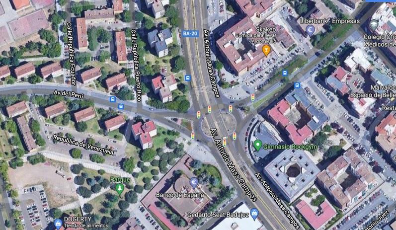 Un joven resulta herido tras colisionar un coche y una moto en Badajoz