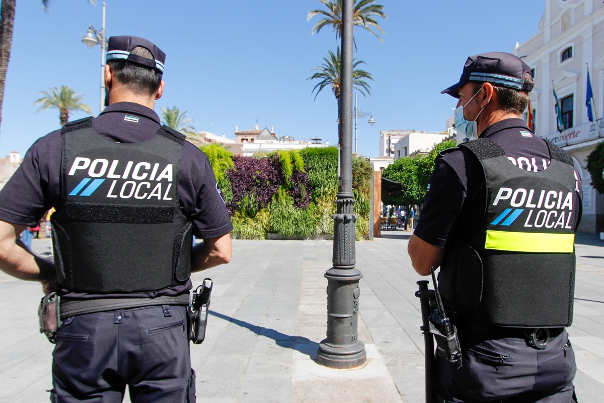 La Policía de Mérida denuncia a una persona por talar un árbol en la vía pública