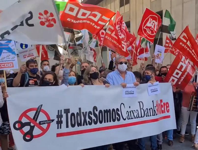 Un centenar de trabajadores de CaixaBank Extremadura se manifiesta en contra del ERE