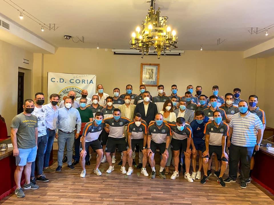 El alcalde recibe oficialmente al CD Coria tras su ascenso a Segunda División B