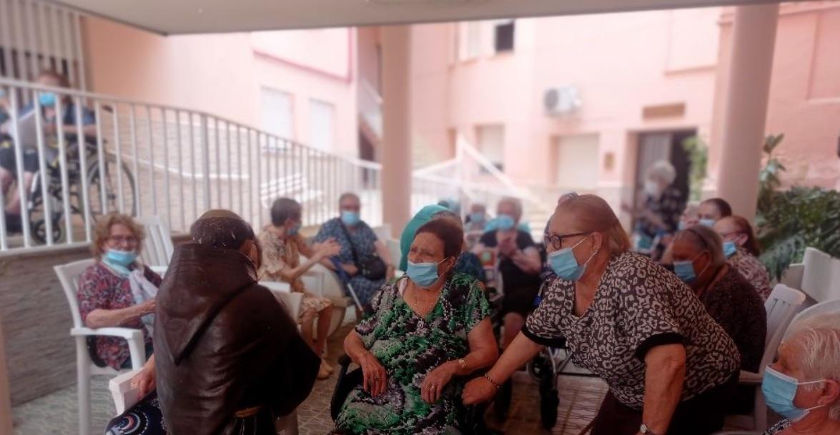San Antonio visita a los mayores de la residencia Santa Isabel de Torrejoncillo