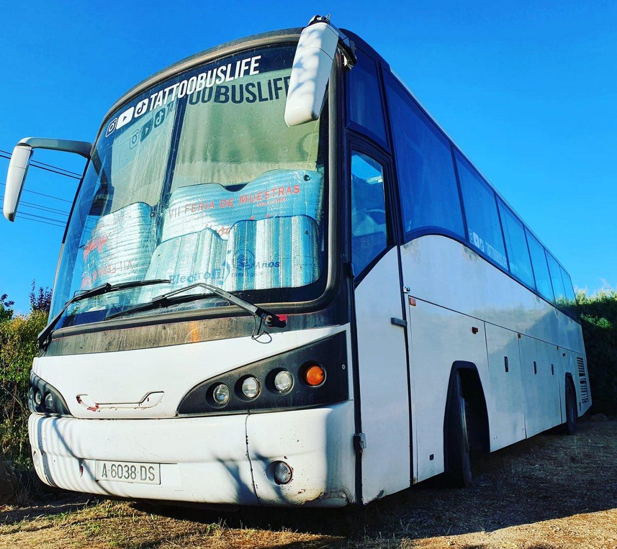 Un vecino de Badajoz se compra un autobús para convertirlo en un 'hotel con ruedas' y llevarse a su familia de vacaciones