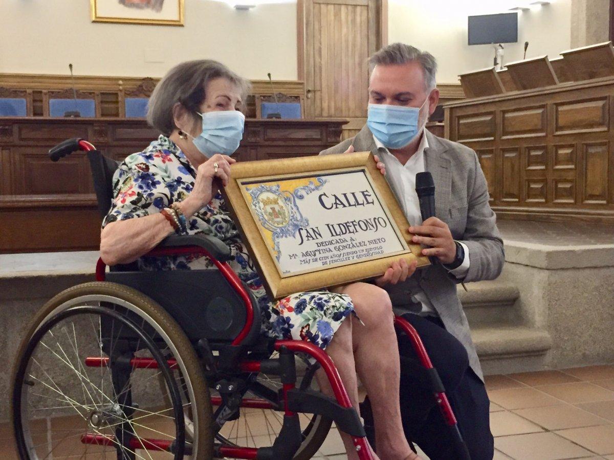 Plasencia rinde homenaje a la enfermera y locutora Agustina González y le dedica la calle San Ildefonso