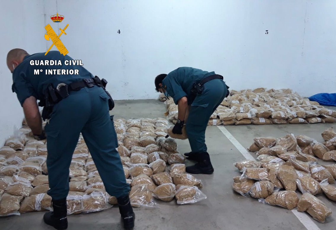 Detenido por conducir con el carnet caducado y transportando ilegalmente 440 kilos de picadura de tabaco