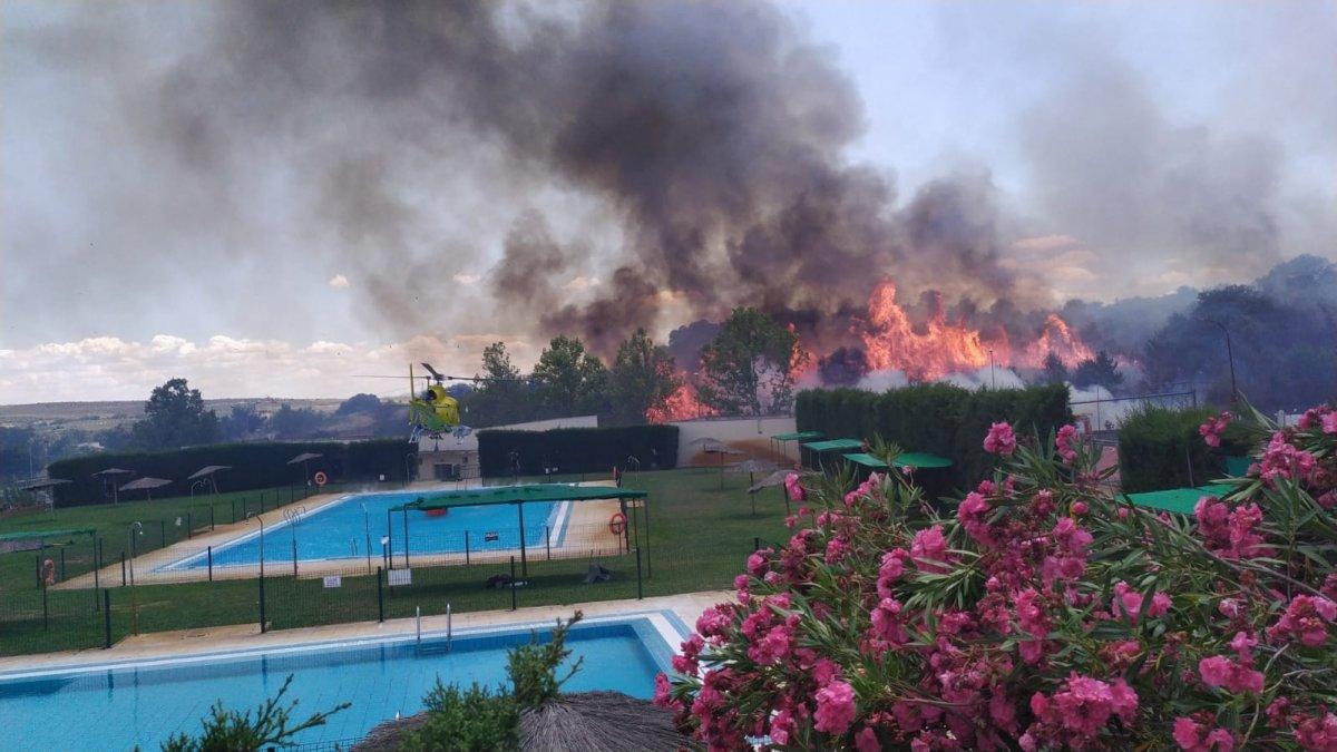 Efectivos del Infoex trabajan para controlar un nuevo incendio en Calzadilla