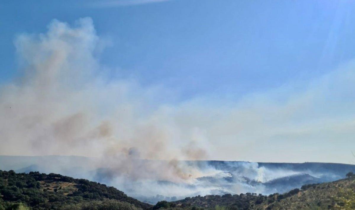 Medios aéreos y terrestres tratan de sofocar un incendio de peligrosidad 1 en Trujillo