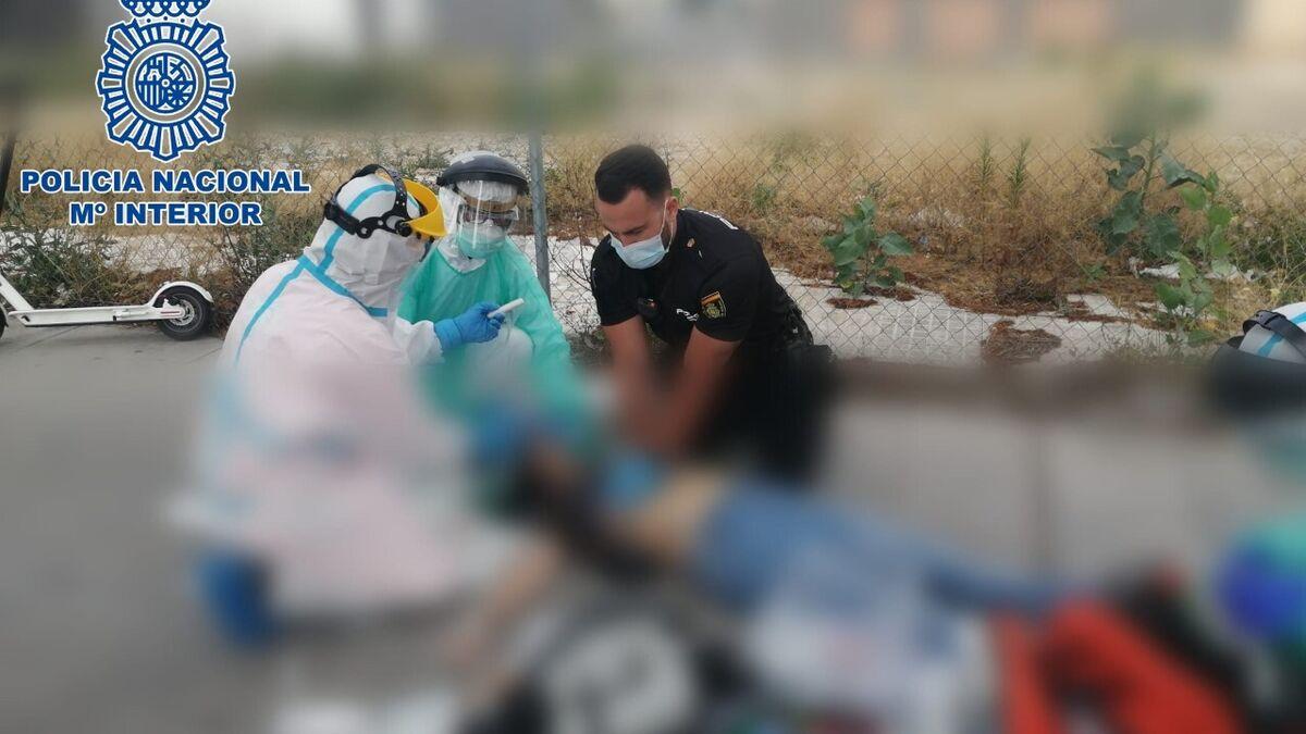 Agentes de la Policía Nacional auxilian a un hombre que se encontraba en parada cardiorespiratoria