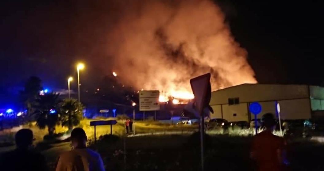 """VIDEO: El incendio de Alburquerque presenta """"buena evolución"""" aunque siguen activos sus tres frentes"""