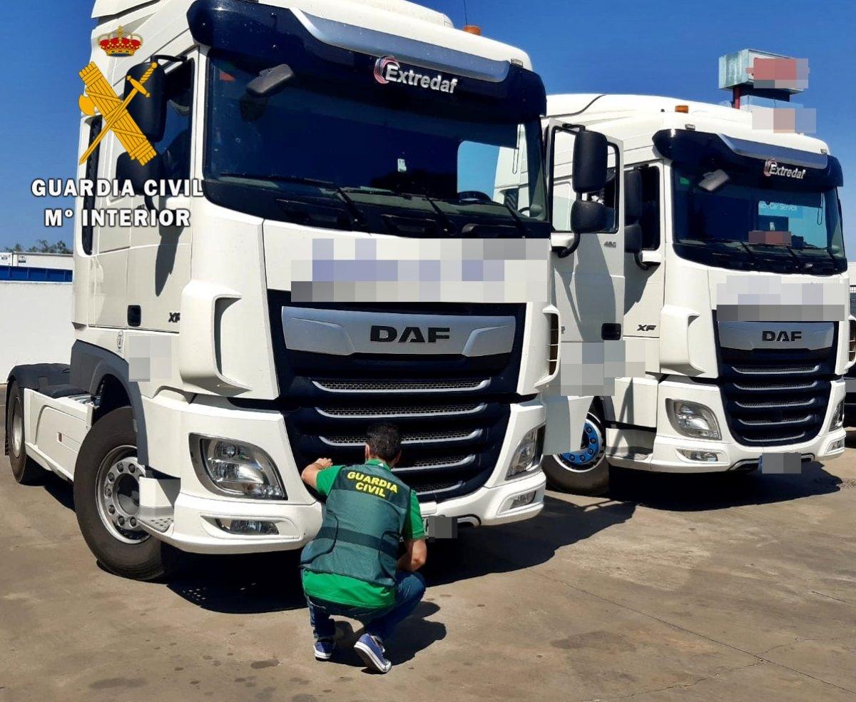 La Guardia Civil investiga a una empresa de transporte por la manipulación fraudulenta del tacógrafo de tres camiones