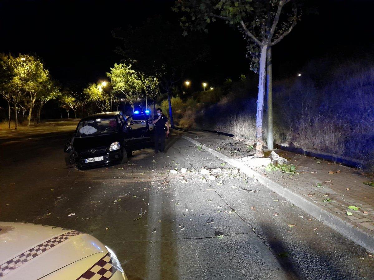 Detenido en Plasencia un conductor ebrio que empotró su coche contra un árbol