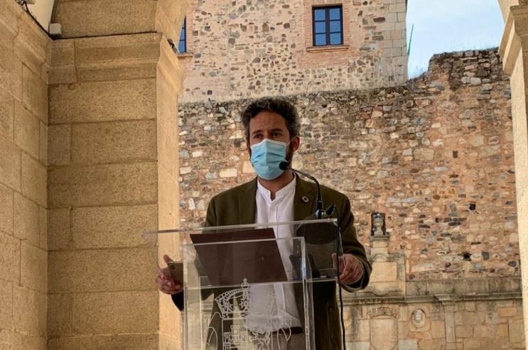 Cáceres inicia la campaña de repintado nocturno de marcas viales y pasos de peatones