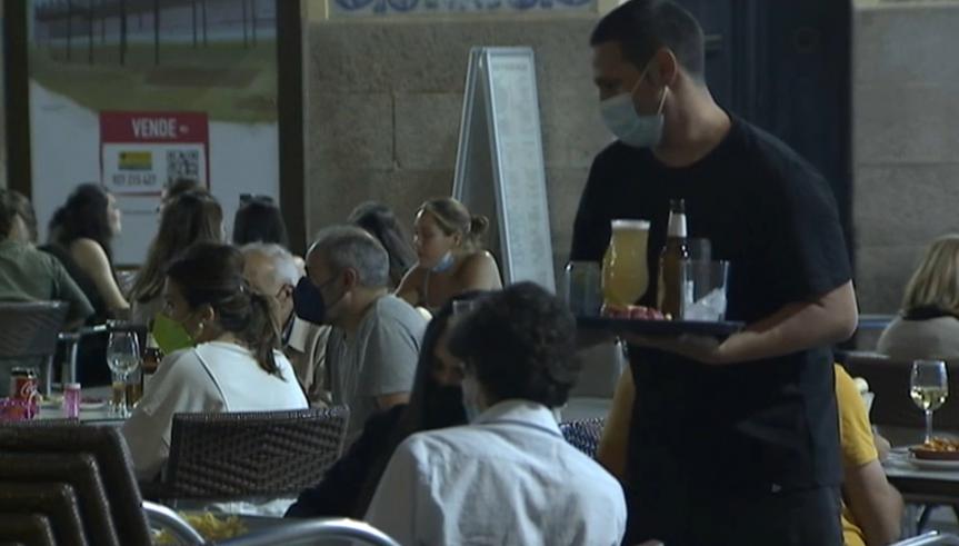 Sancionado con 600 euros un bar que servía a clientes con la puerta cerrada y fuera de horario