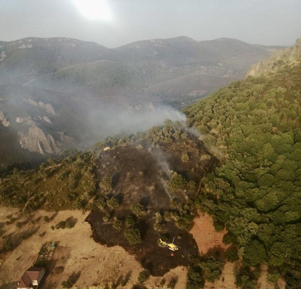 Efectivos del Infoex consiguen estabilizar el incendio forestal de Puerto de Santa Cruz