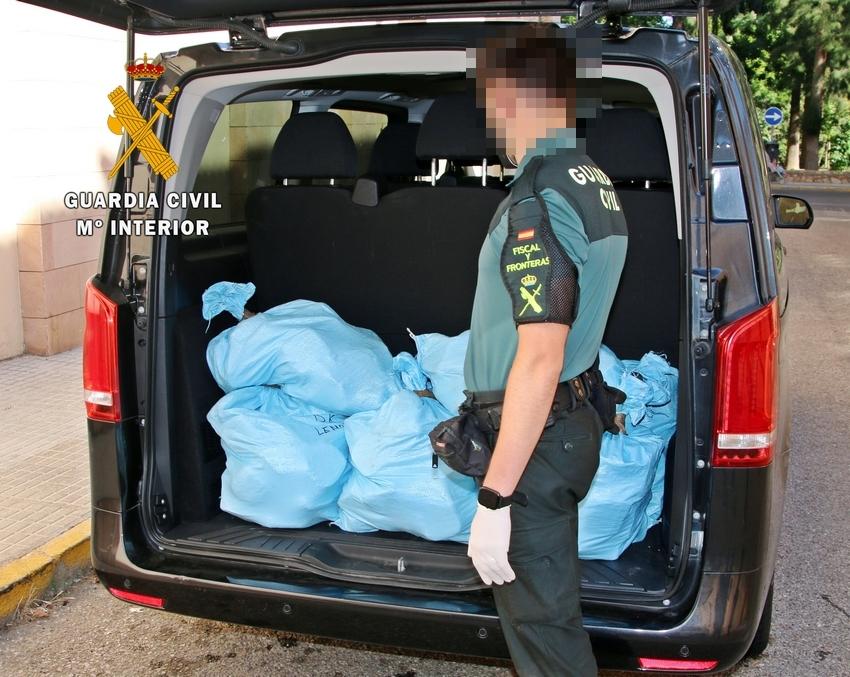 """La Guardia Civil intercepta en Almendralejo un """"narcotransporte"""" con 270 kilos de hachís"""