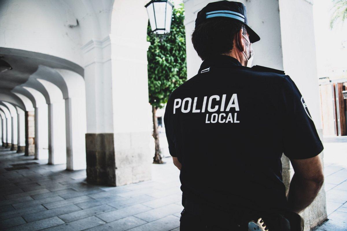 La Policía de Mérida denuncia una persona por orinar en la calle y a otra por llevar un perro suelto sin bozal