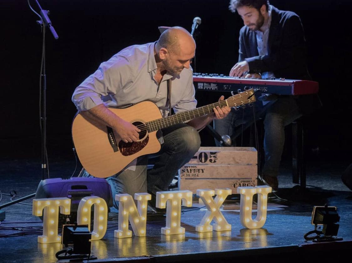 El músico Tontxu denuncia el impago de un espectáculo que produjo en el Jerte