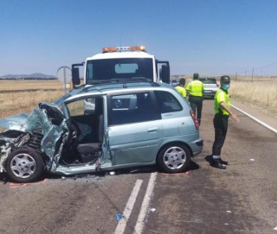 Un semirremolque se desengancha de un vehículo y provoca un accidente con cuatro heridos, uno de ellos grave