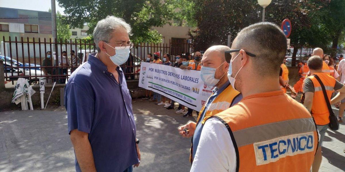 Más 200 técnicos de ambulancias protestan en contra de los recortes sanitarios  en zonas rurales